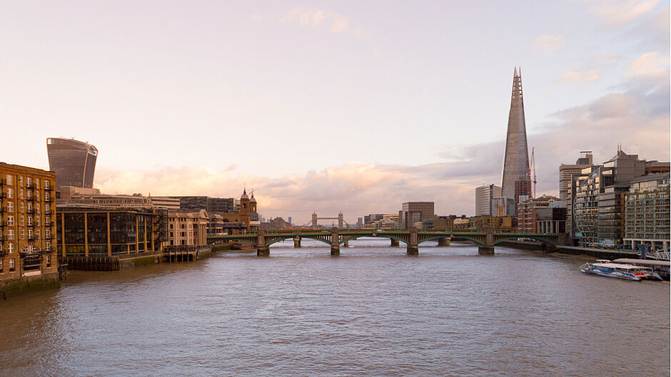London, UK, january 2019. City skyline seen from the Thames river banks at sunset time with famous buildings and landmark among which the Shard - Bilder